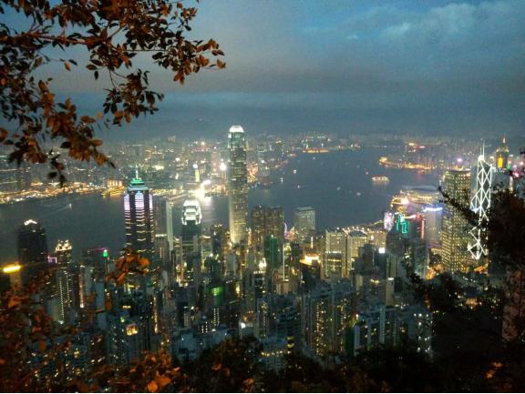 从太平山俯视维港夜景的手机随手拍