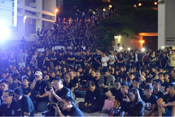 四千港大师生校内静坐拒绝政治干预大学自主,图片来自网络,出自大学报