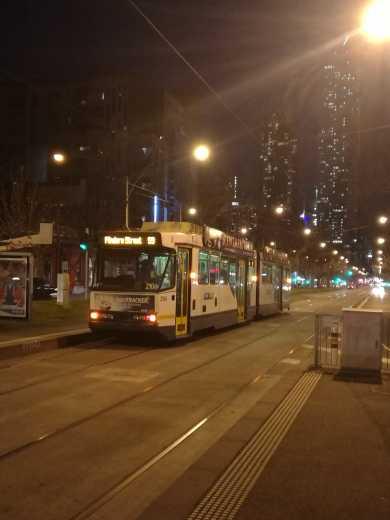 市区内公共交通基本靠tram或者metro,很多tram都是通宵的,而且CBD内的tram都是免费的