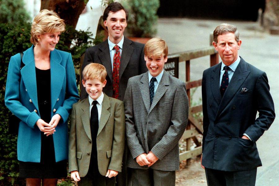 1995年9月6日,哈里王子和父母陪同哥哥威廉王子前往伊顿公学。
