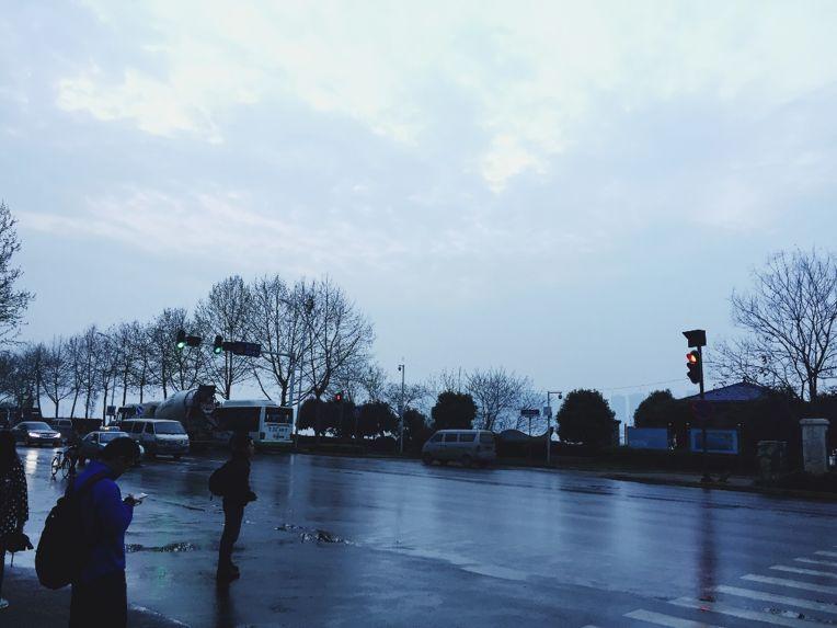 清晨出门赶公交